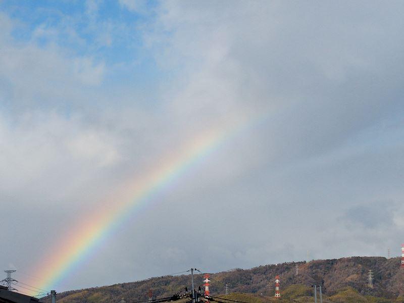 山から山へ向かう虹, a rainbow