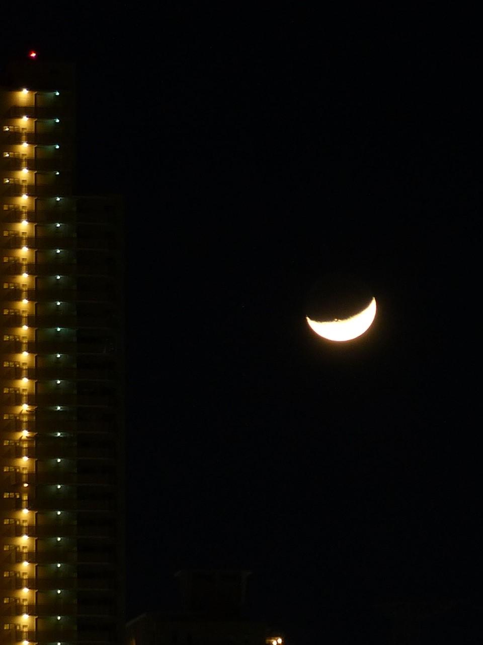 5歳の月がビルの横を落ちていく, moon age 5th